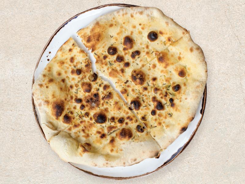 Крокантна италианска фокача с розмарин, зехтин и червена сол