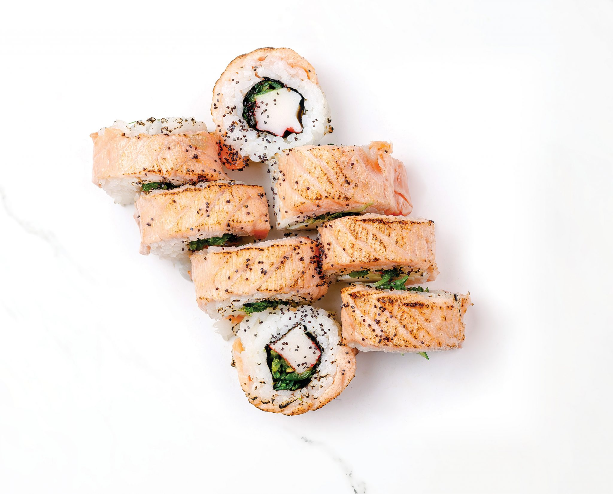 Рейноу суши със запечена сьомга и салата уакаме