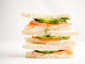 Сандвич с пушена сьомга, крема сирене, краставичка и копър