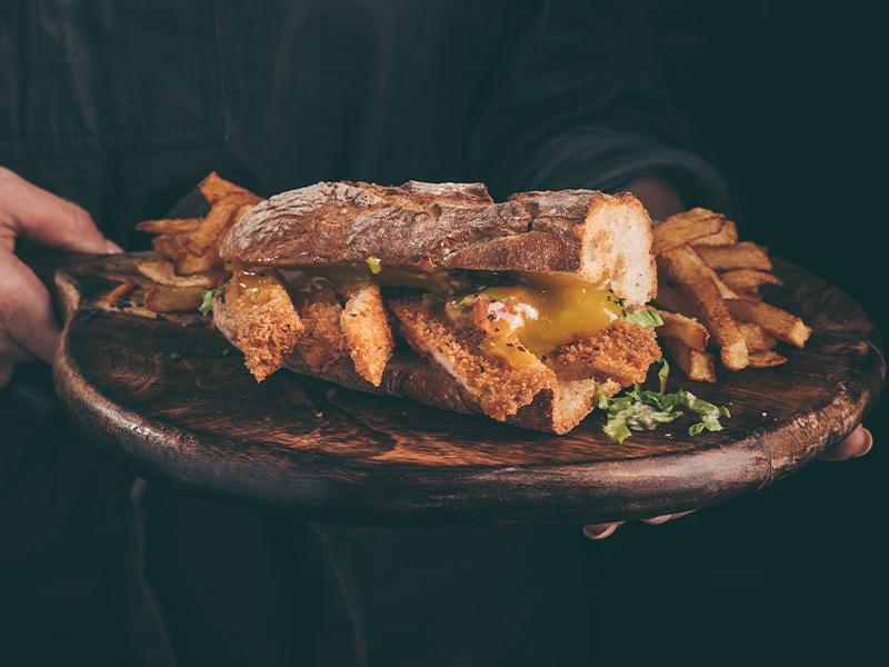 Сандвич Миланезе с хрупкаво пиле