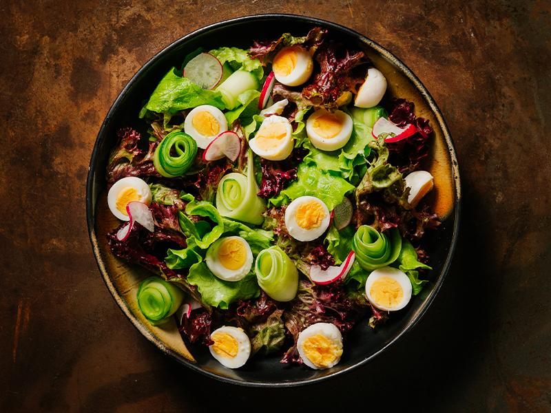 Пъстра салата с пъдпъдъчи яйца